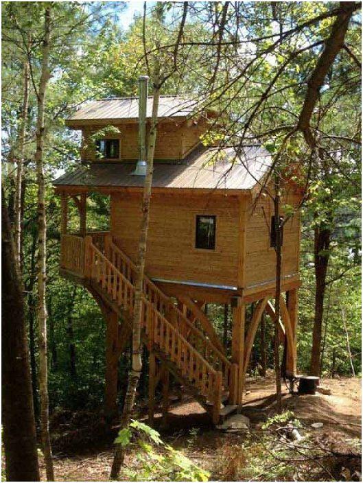 Le design chic de la maison à une hauteur en pleine nature est un excellent endroit pour se détendre.