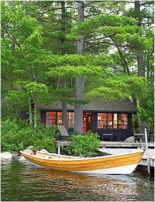 Une maison en bois sur le rivage avec une jetée extraordinaire vous fait signe.