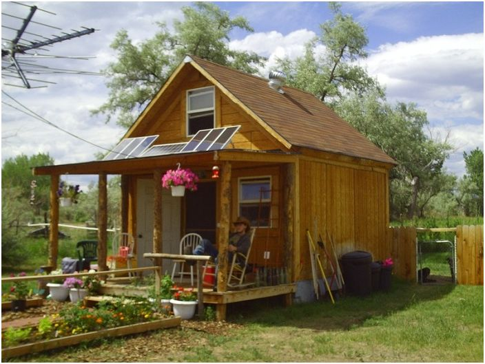 Un petit chalet avec une petite maison en bois.
