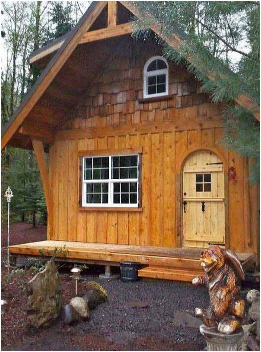L'extérieur intéressant de la maison dans les bois captive à première vue.