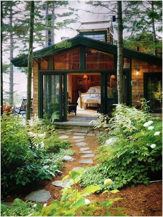 Une maison traditionnelle en bois située en pleine forêt et entourée d'une nature magnifique.