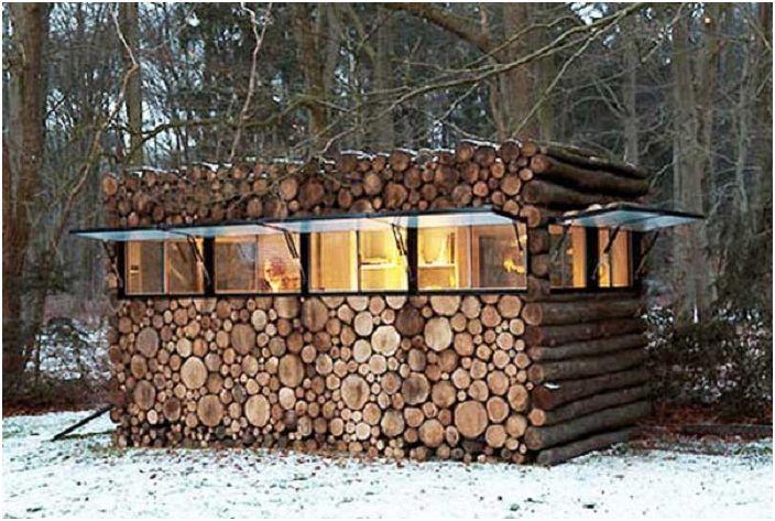 Un charmant petit chalet dans les bois - un endroit simple et charmant pour se détendre.