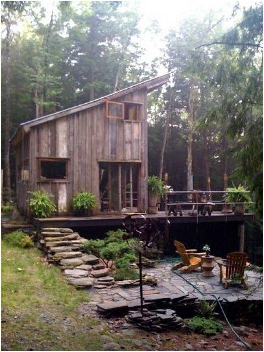 Une maison en bois intéressante qui s'intègre parfaitement dans l'atmosphère générale de la forêt.