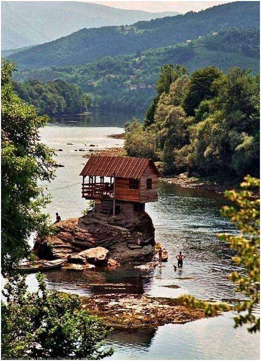 Paix et tranquillité - telles sont les sensations qu'évoque une maison au bord de la rivière.