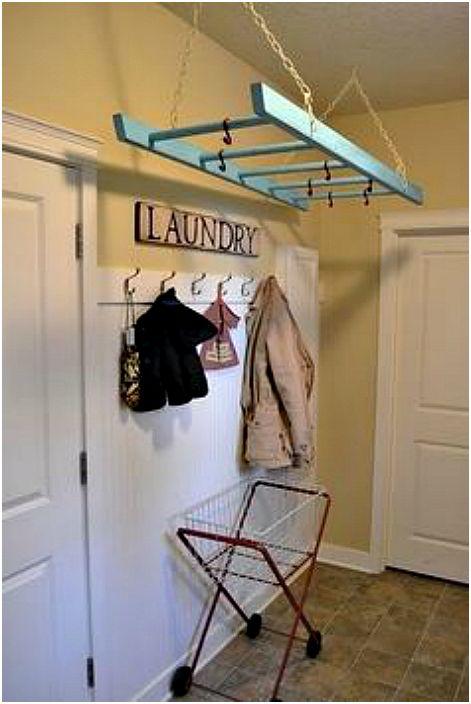 Отворен гардероб от стълбите.