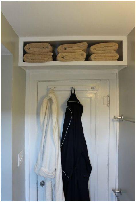 Рафтове над вратата на банята.