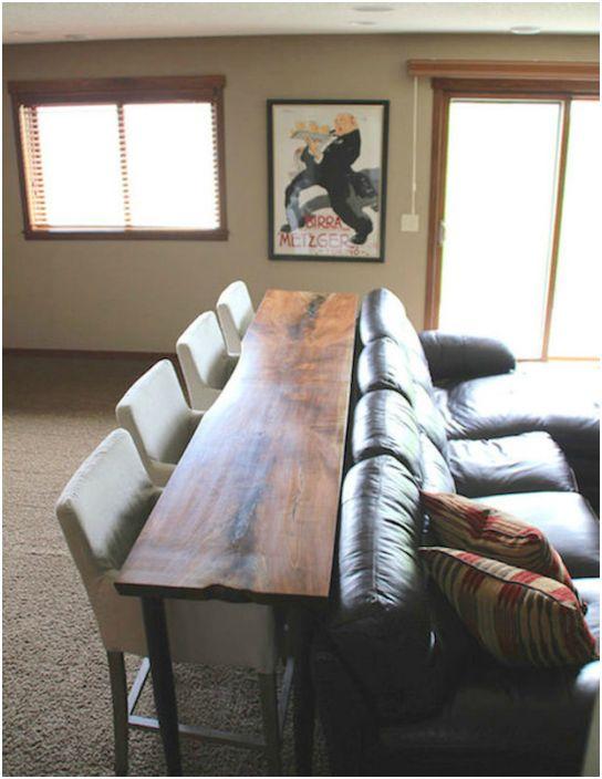 Трапезната маса е зад дивана.