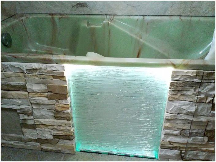 Каменна и стъклена конструкция.