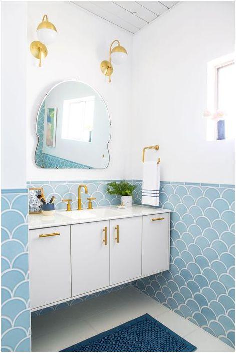Для оформления ванны дизайнер выбрала белый и голубой цвета