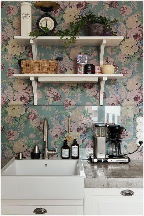 Флорални тапети в кухнята