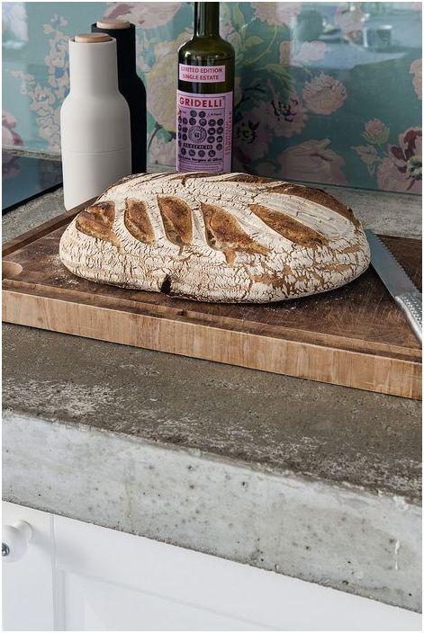 Необичайно е да видите бетонни плотове в такава кухня.