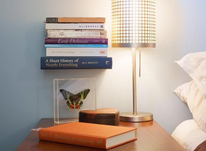 niewidoczna półka z książkami