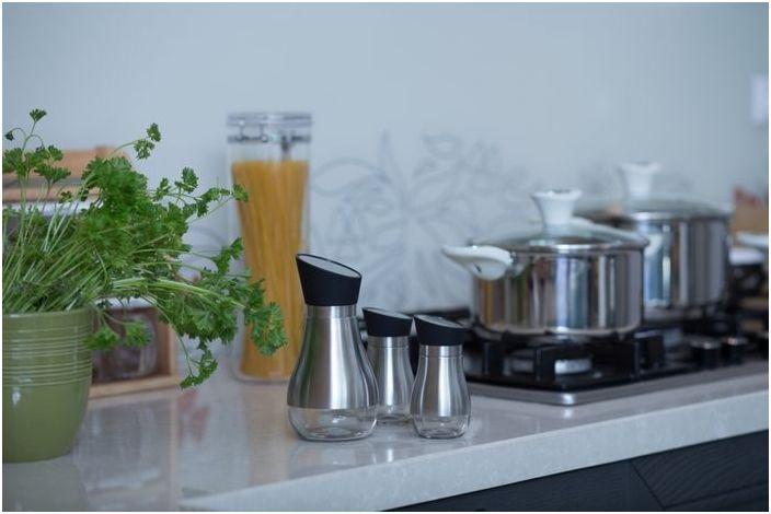 Стильная посуда в одном стилистическом решении