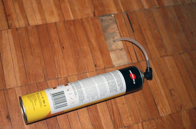 как да премахнете скърцащ дървен под