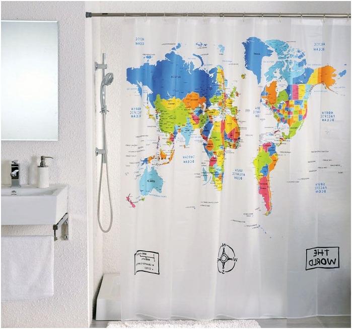 maailmankartta kylpyhuoneen verhoissa