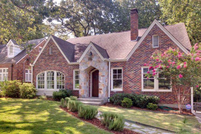 фасада на тухлена къща със стил