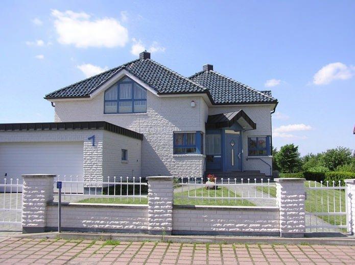 бяла текстурирана фасада на тухлена къща