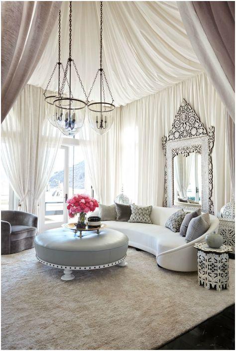 Романтичен интериор на всекидневната.
