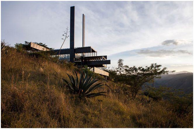 dom na zboczu góry
