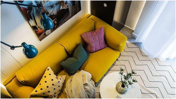 Ярък диван в малък интериор