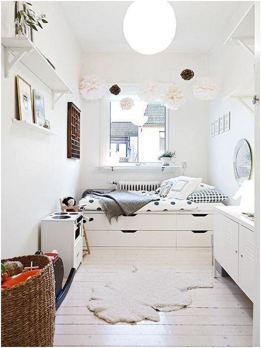 Łóżko podium sprawia, że sypialnia jest przestronna
