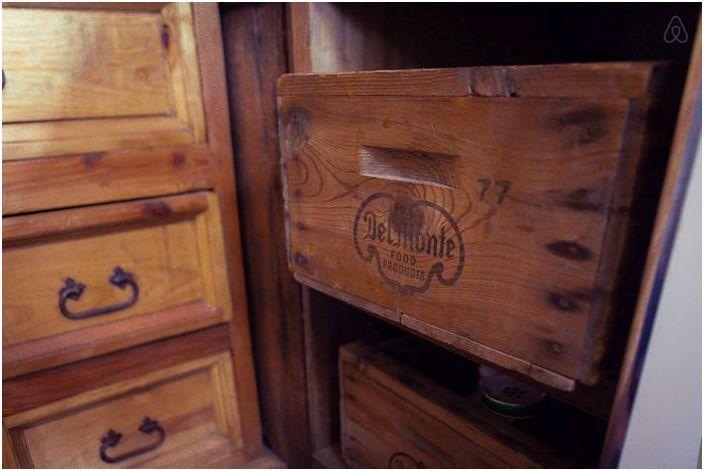 Huonekalut on valmistettu vanhoista lankkuista ja laatikoista