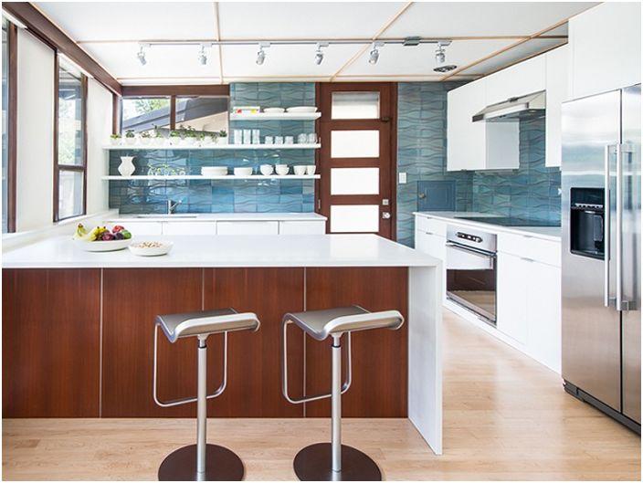 Keraamiset laatat, joista on näkymä merelle, korostavat tällaisen mielenkiintoisen keittiön muotoiluominaisuuksia.