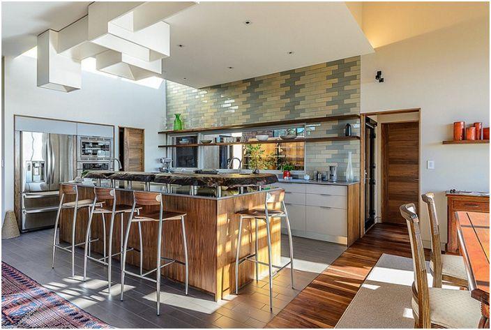 Laattojen lisääminen luovasti keittiön seiniin on luova ja hieno ratkaisu.