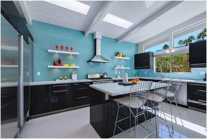 Kaunis keittiösuunnittelu sinisissä ja mustissa sävyissä.