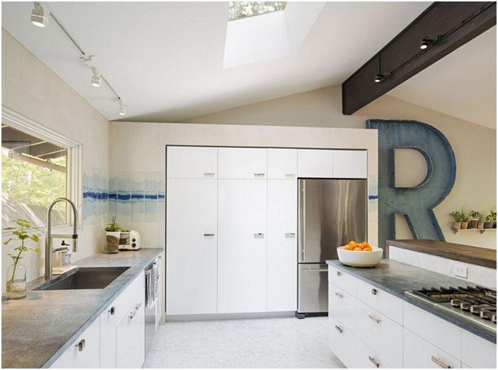 Keittiön seinälevyjen akvarellivaikutus on koristeltu R-kirjaimella.