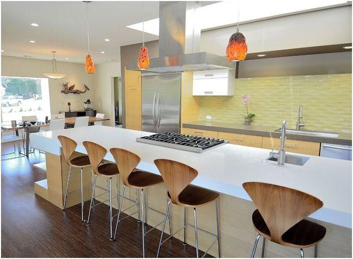 Moderni keittiösuunnittelu oransseilla kaulakoruilla.