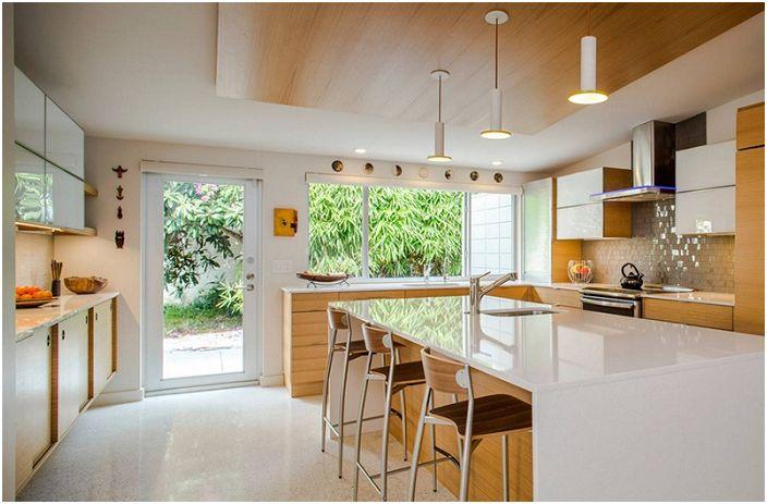Tilava keittiö, jossa yhdistyvät puu ja valkoinen.