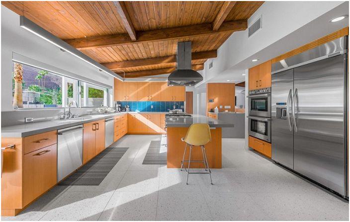 Puu ja ruostumaton teräs ovat tehneet osansa tämän keittiön suunnittelussa.