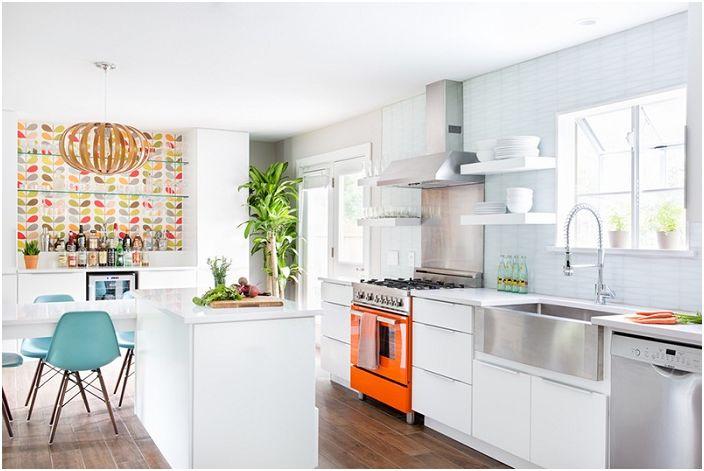 Uskomaton valkoinen keittiö, joka vain loistaa niin kauniilla sisustuksilla ja kirkkaalla valauksella.