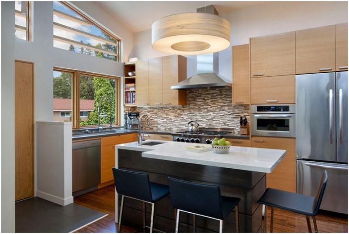 Pieni keittiö mukavasti kalustetulla tilalla, joka on erittäin viihtyisästi sisustettu.
