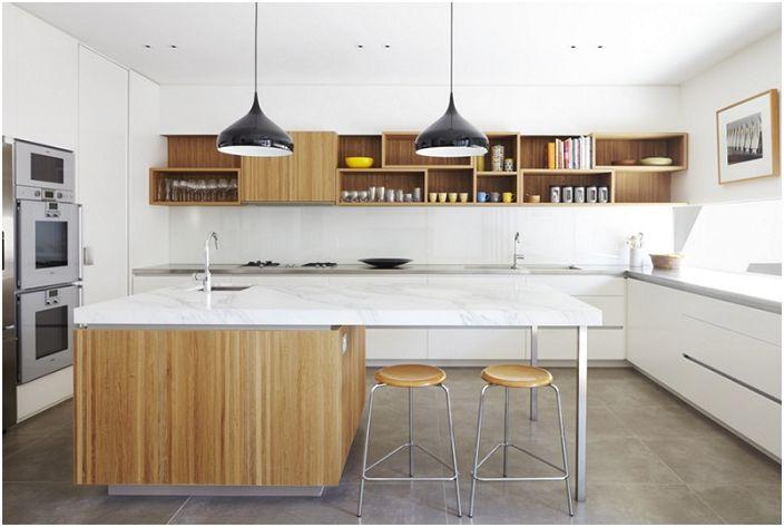 Vaaleanvärinen keittiö, johon on lisätty saksanpähkinää, on hieno ja erinomainen ratkaisu moderniin muotoiluun.