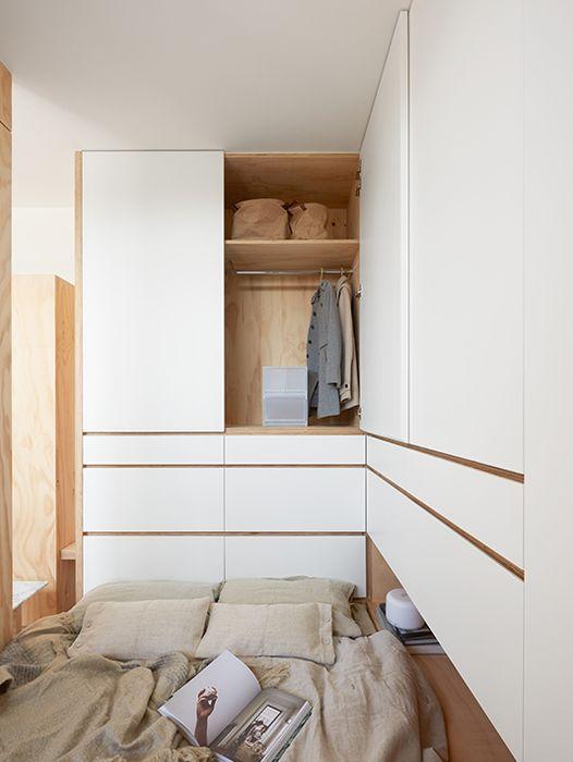 Garderoba nad łóżkiem