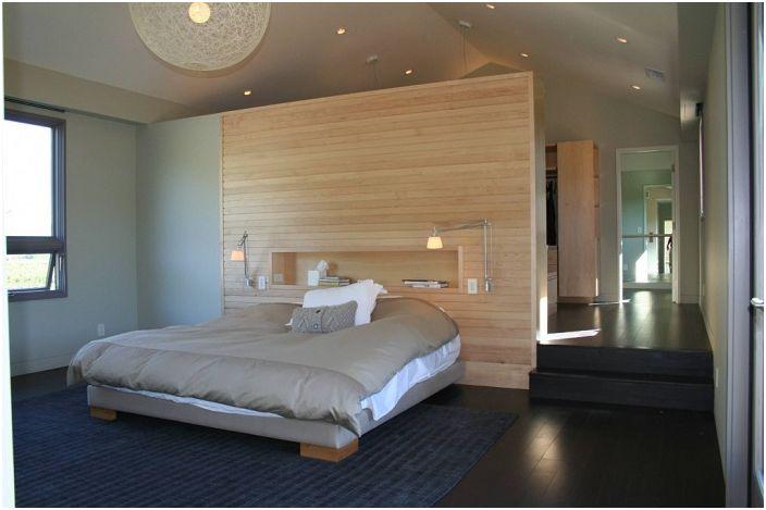 Акцентът на тази спалня е поставянето на лампи над леглото, така че да можете да четете всяка литература, която харесвате и да се отпуснете едновременно.