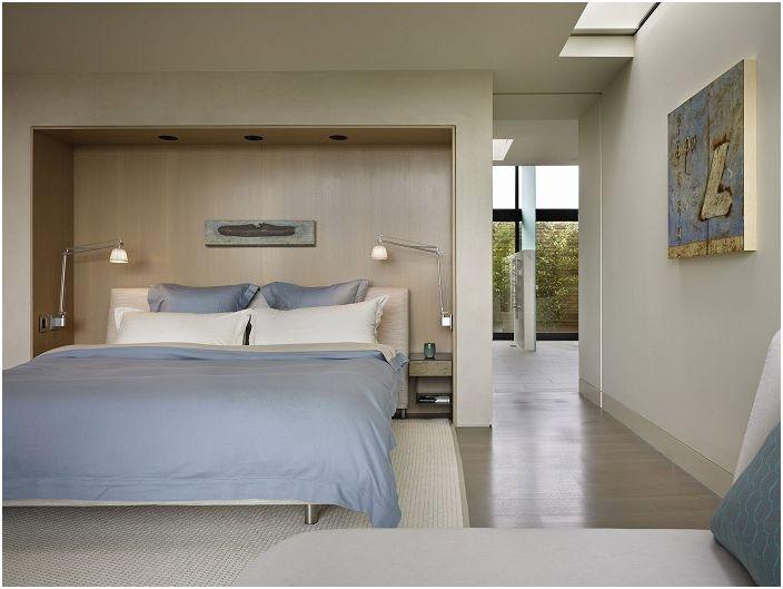 Симпатичната спалня е декорирана в сини и бели цветове, с прекрасно обзавеждане на дома и отлични тела на стената.