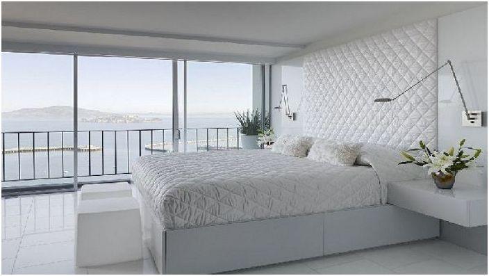 Спалнята е в бели тонове, с удобни и оригинални стенни лампи, специално за четене на книги, без да ставате от леглото.