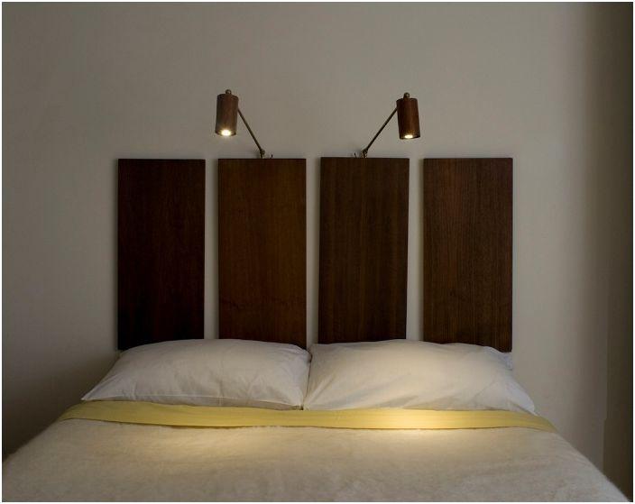 На главата на леглото има осветителни тела, монтирани на стена под формата на бра, които дават разсеяна светлина, която ще ви позволи да четете книги направо в леглото.