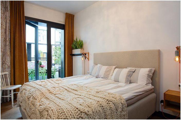 Красивите стилни подови лампи просто и перфектно се вписват в интериора на тази спалня и са наистина приятни за окото.