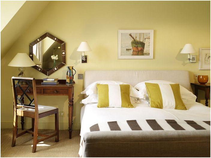 Интересна спалня в красив маслинен цвят, която ви позволява да се потопите в атмосфера на релакс и спокойствие. Стаята е украсена с красиви стенни лампи.