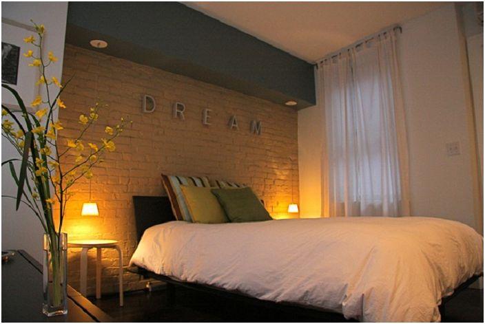 Чудесен вариант за декориране на спалня с лампи по стените, които придават мистерия на стаята и чар.