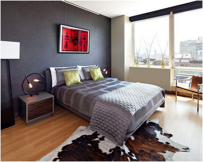 Красивите и креативни подови лампи от двете страни на леглото създават очарователна домашна обстановка.