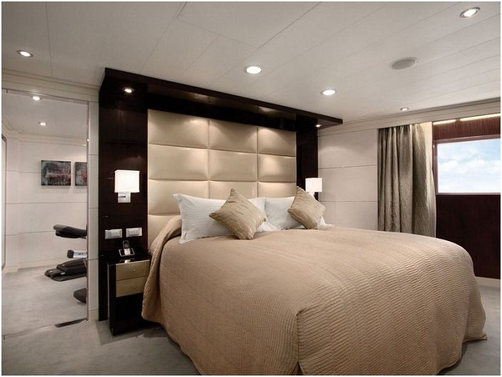 Доста спалня е украсена с оригинални стенни лампи, които просто и хармонично подчертават всички нейни характеристики и предимства.