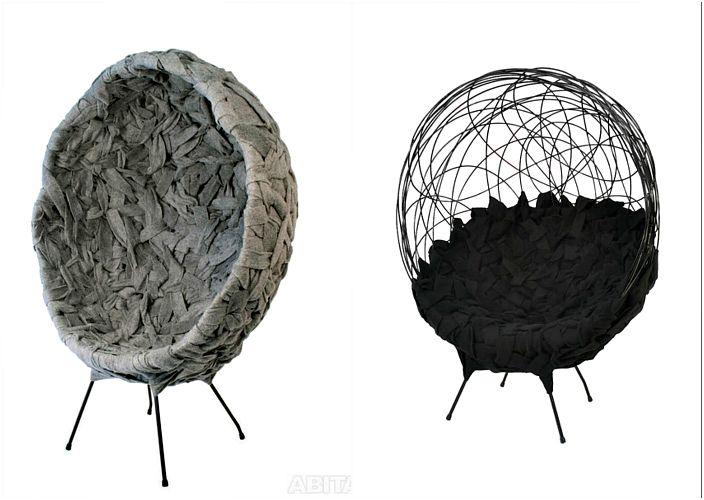 Krzesła wykonane z metalu i filcu.