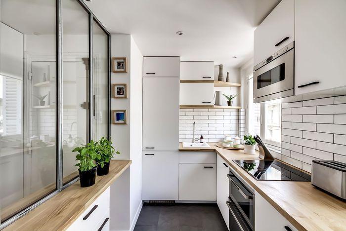 Szklana przegroda oddziela kuchnię od przedpokoju