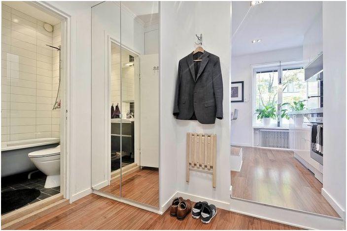 Огледални врати в коридора