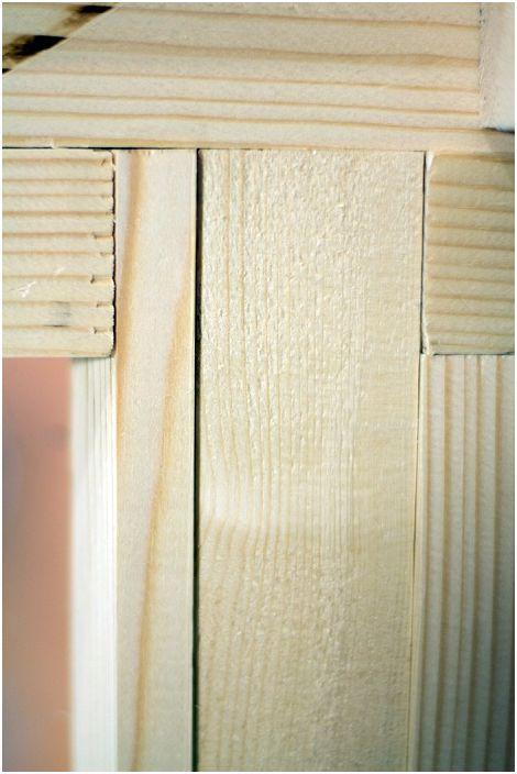 Pour que le cadre ne sèche pas, les planches sont fixées les unes aux autres à des angles différents.